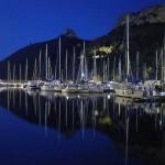 Cagliari: vista notturna di Marina Piccola e della Sella del Diavolo